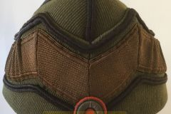Hæren-Spidshue-mørkebrun-M23-Befalingsmænd-af-officiantgruppen-og-underofficerer-af-reserven.-Fabrikant-Magasin-du-Nord.-FRONT